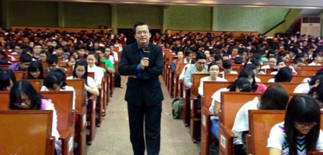 Doanh nhân Nguyễn Tuấn Quỳnh trao đổi với các tân sinh viên K39 ĐH Kinh Tế TP.HCM
